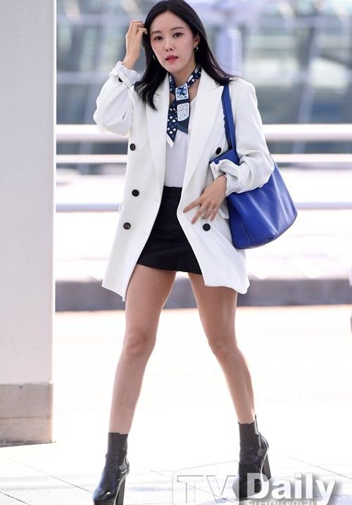 Yoon Ah mặc áo phông 5 triệu đồng, Sulli lộ chân thô - 3