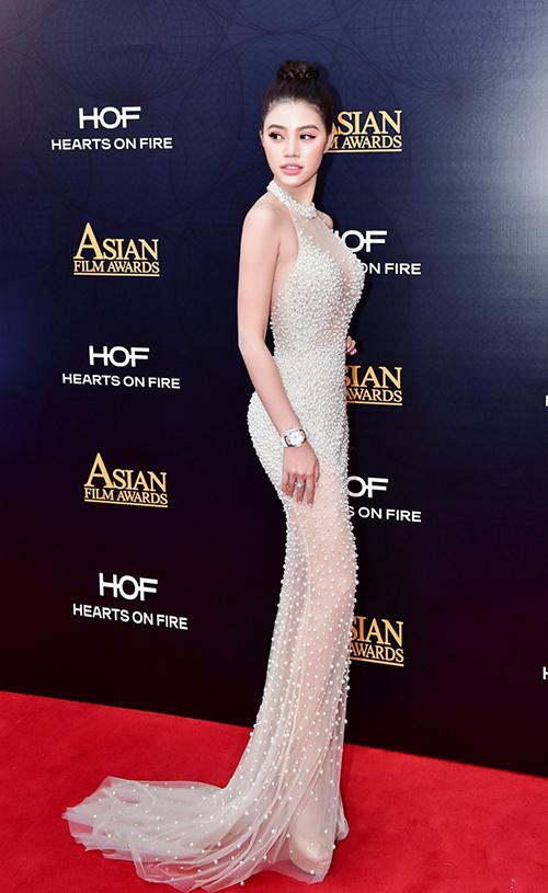 Jolie Nguyễn gợi cảm pose hình với Cổ Thiên Lạc, Hyo Min