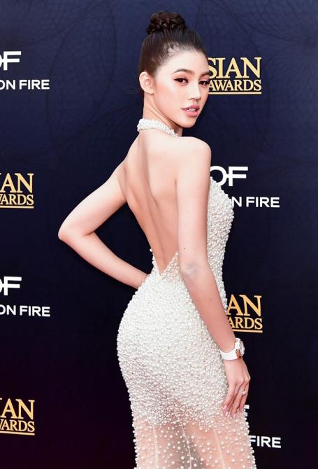 Jolie Nguyễn gợi cảm pose hình với Cổ Thiên Lạc, Hyo Min - 1