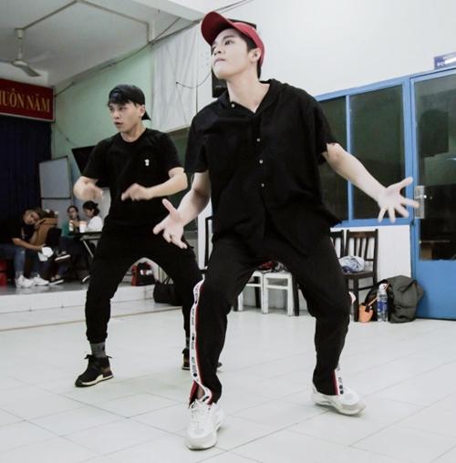 Noo tập vũ đạo cho 2 tiết mục trình diễn.