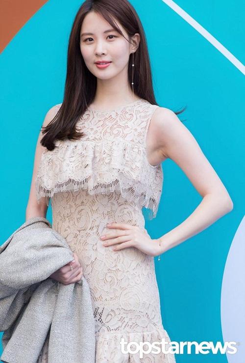 Mỹ nhân 17 tuổi vô tình lộ vòng 1 ở Seoul Fashion Week - 2