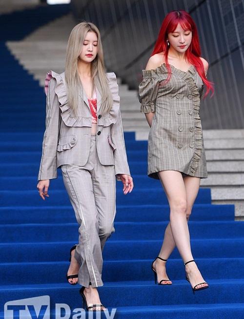 Mỹ nhân 17 tuổi vô tình lộ vòng 1 ở Seoul Fashion Week - 4