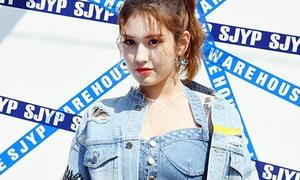 Mỹ nhân 17 tuổi vô tình lộ vòng 1 ở Seoul Fashion Week