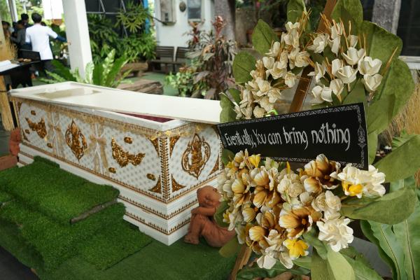 Giới trẻ Thái Lan phát sốt với quán cafe mang phong cách tang lễ - 1