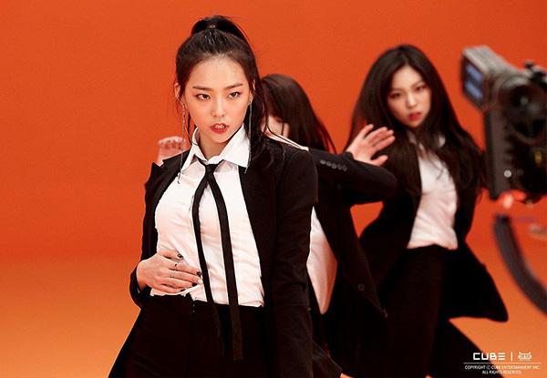 6 girl group chứng minh mặc suit quyến rũ chẳng kém váy vóc - 1