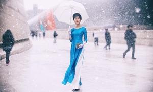 'Hotgirl xứ Huế' một mình một kiểu trên đường phố Hàn Quốc