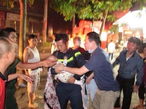 Giây phút vỡ òa và cảm động khi anh lính cứu hỏa thành công giải cứu một cháu bé.