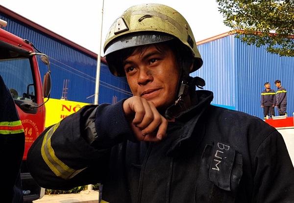 Những giọt mồ hôi lấm tấm trên gương mặt nhem nhuốc khói lửa của một chiến sĩ cứu hỏa.