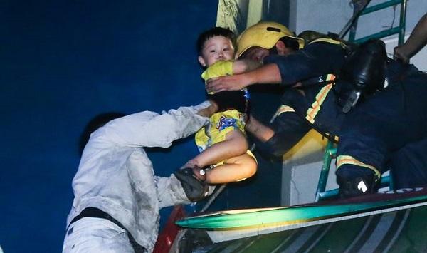 Nhờ sự nhanh trí và tận tâm của hàng trăm lính cứu hỏa, nhiều cháu bé đã bình yên vô sự, thoát khỏi vòng tay của tử thần.
