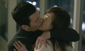 Những cảnh hôn không khác gì tấn công trong phim Hàn