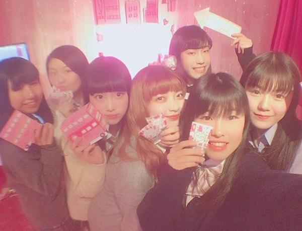 Mỹ phẩm sticker - cơn sốt đang khiến nữ sinh Nhật đua nhau mua - 5