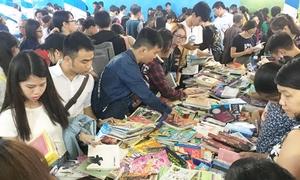 Teen Sài Gòn săn sách giá rẻ giữa thời tiết nóng bức