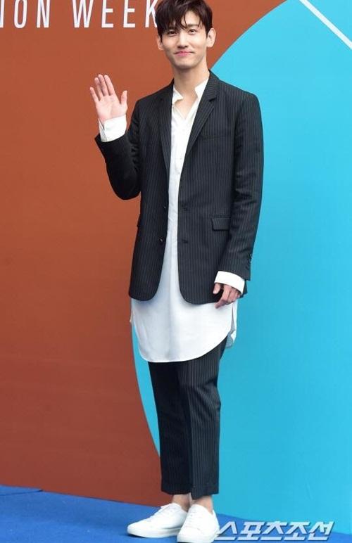 Nữ diễn viên ngã vẫn khí chất, Seul Gi khoe cơ bụng ở Seoul Fashion Week - 8