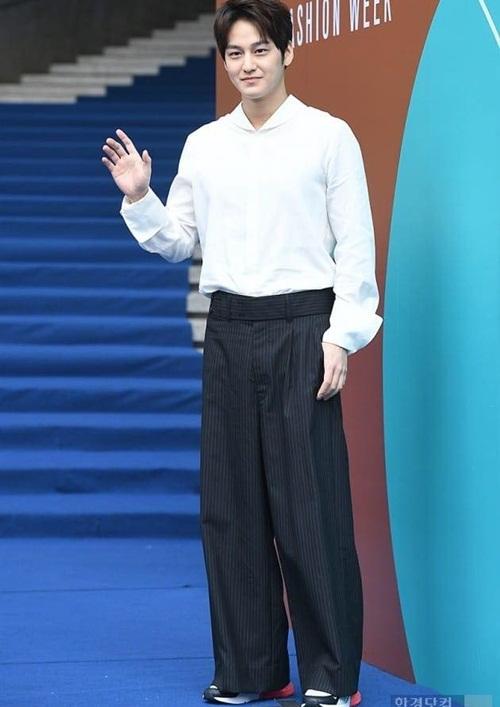 Nữ diễn viên ngã vẫn khí chất, Seul Gi khoe cơ bụng ở Seoul Fashion Week - 7
