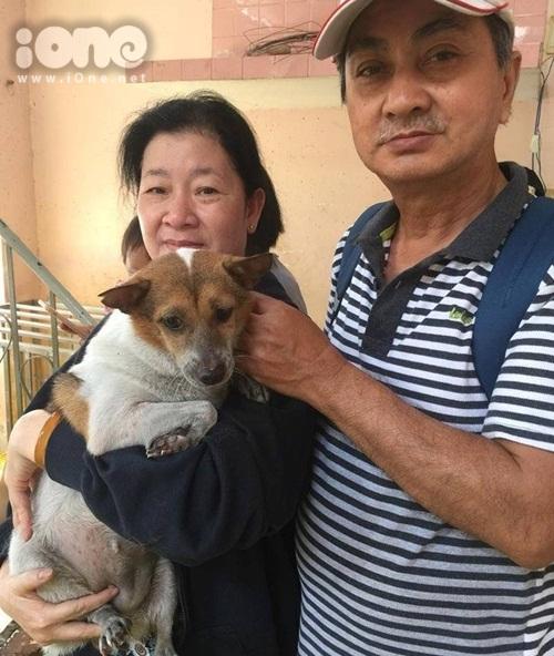 Gia đình một người dân tại khu chung cư Carina vui mừng khi tìm lại được chú chó lạc nhà mình. Ảnh: NVCC.