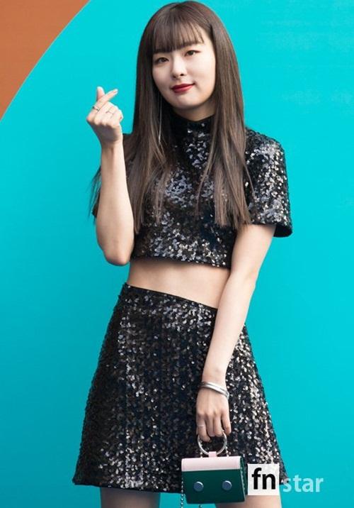 Nữ diễn viên ngã vẫn khí chất, Seul Gi khoe cơ bụng ở Seoul Fashion Week - 2