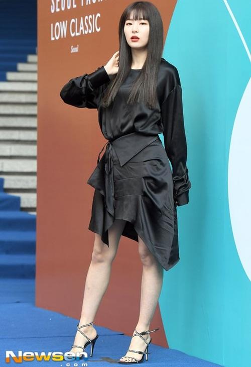 Nữ diễn viên ngã vẫn khí chất, Seul Gi khoe cơ bụng ở Seoul Fashion Week - 3