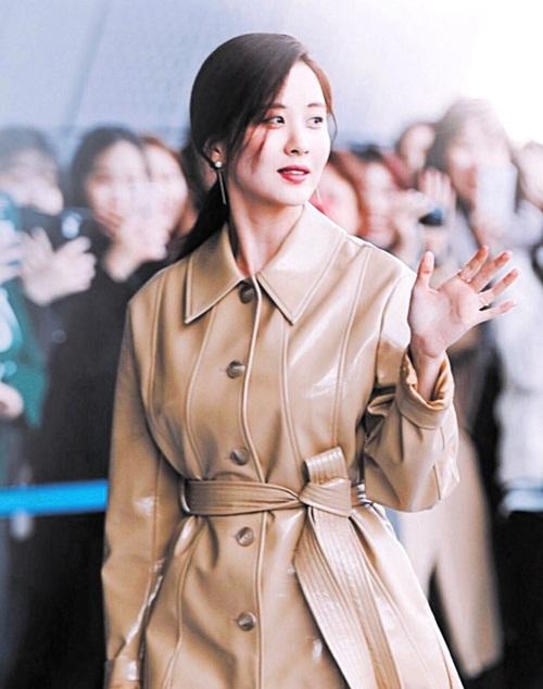 Nữ diễn viên ngã vẫn khí chất, Seul Gi khoe cơ bụng ở Seoul Fashion Week - 1