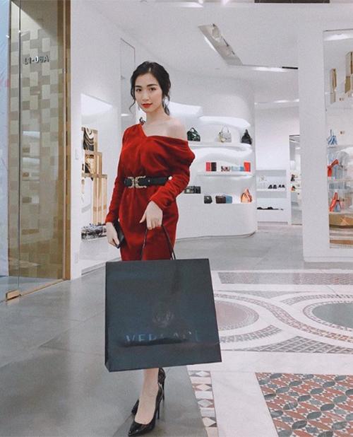 Hòa Minzy khoe chiến tích sắm hàng hiệu liên tục từ khi yêu đại gia
