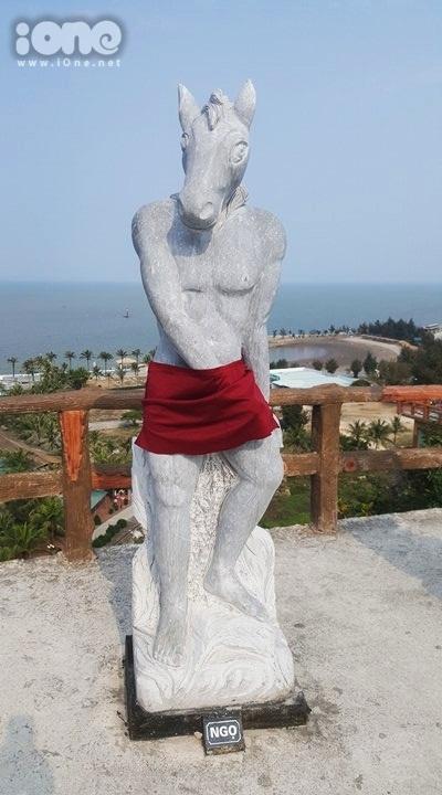 Ảnh: Các bức tượng sau khi được mặc đồ - 2
