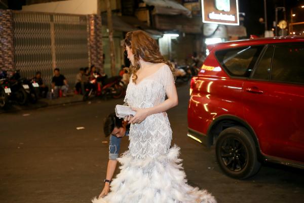 Chồng Lâm Khánh Chi cúi gập người chỉnh váy cho vợ - 1