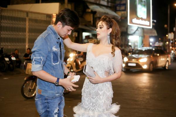 Chồng Lâm Khánh Chi cúi gập người chỉnh váy cho vợ - 2