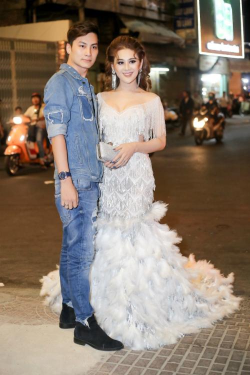 Chồng Lâm Khánh Chi cúi gập người chỉnh váy cho vợ - 3