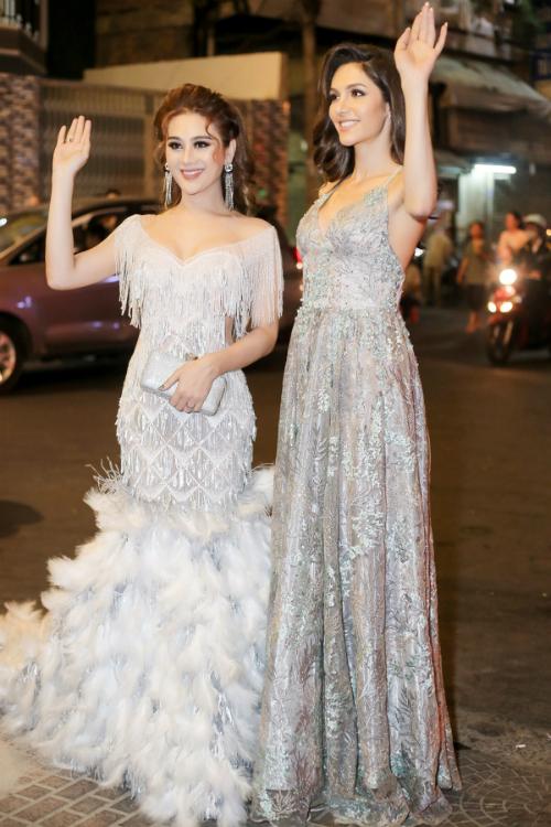 Chồng Lâm Khánh Chi cúi gập người chỉnh váy cho vợ - 4
