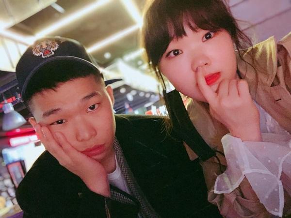 Hai anh em nhóm Akdong Musician hội ngộ trong kỳ nghỉ nghĩa vụ quân sự của Chan Hyuk. Cặp đôi không ngại chụp ảnh với biểu cảm chán đời và móc mũi lầy lội.