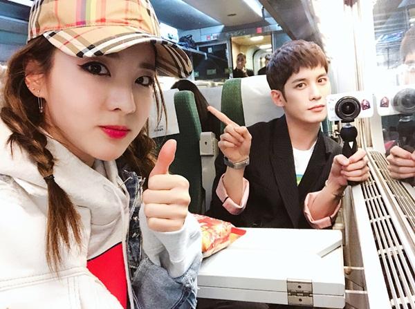 Dara tết tóc cute, thân thiết với bạn diễn Cheese in the trap Park Ki Woong.