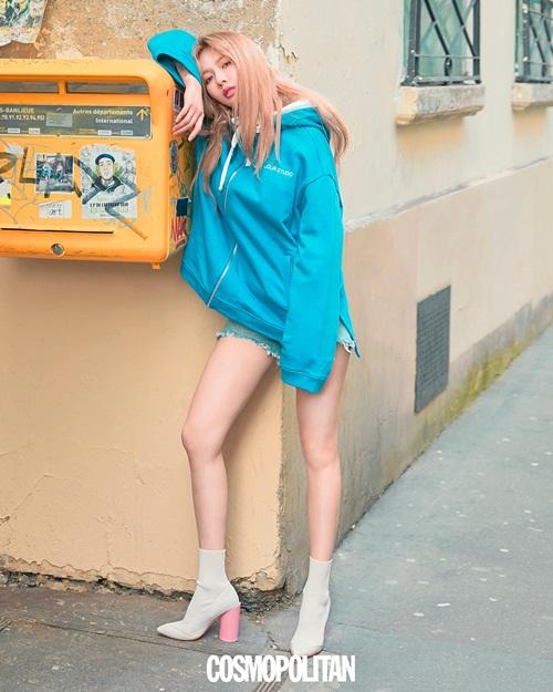 Hyun Ah diện jeans ngắn cũn khoe chân thon nuột đáng ghen tỵ trên tạp chí.