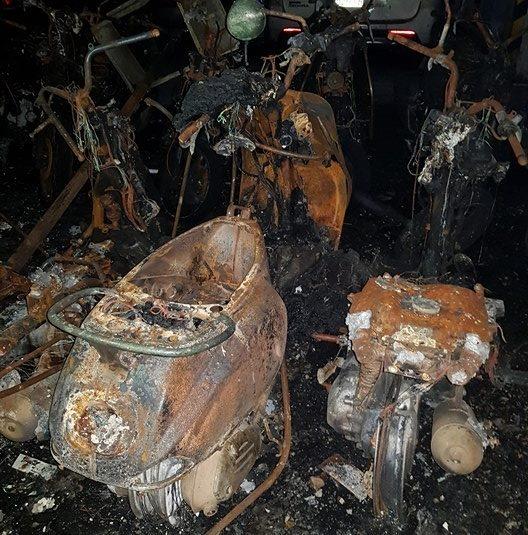 Những chiếc xe gia đình anh Ngọc Đằng bị thiêu rụi chỉ còn trơ khung.
