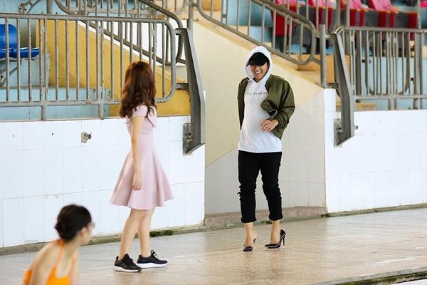 Hoài Lâm chật vật đi giày cao gót giả gái - 3