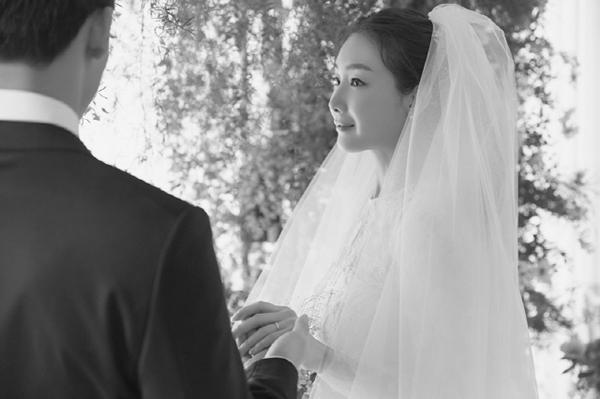 Lộ ảnh cưới hiếm hoi của mỹ nhân Choi Ji Woo
