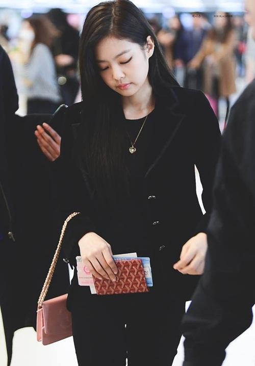 Black Pink biến đổi style, Hwang Seung Eon mặc đồ tập gym ra sân bay - 2