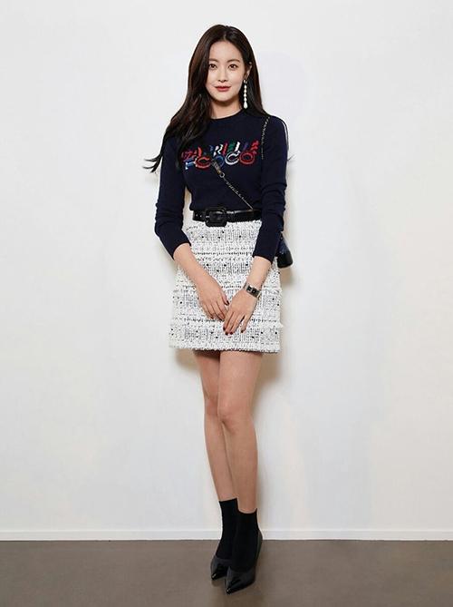Bạn gái Kim Bum trẻ xinh như hot girl nhờ ăn mặc siêu hack tuổi - 2