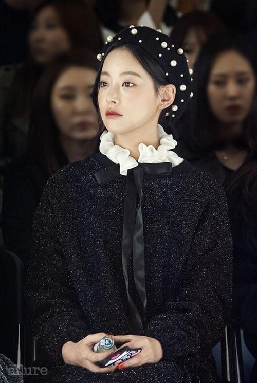 Bạn gái Kim Bum trẻ xinh như hot girl nhờ ăn mặc siêu hack tuổi - 1
