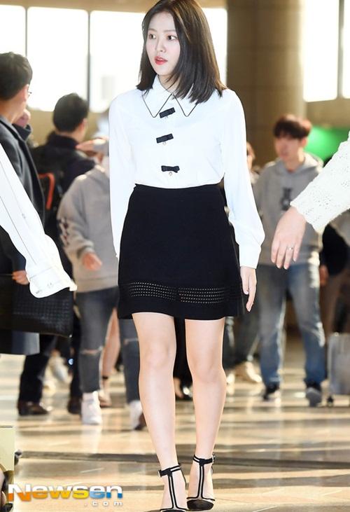 Twice lộ vẻ mệt mỏi, Red Velvet thanh lịch ra sân bay - 1