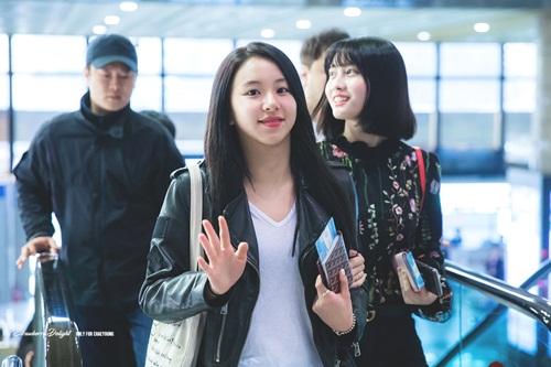 Twice lộ vẻ mệt mỏi, Red Velvet thanh lịch ra sân bay - 7