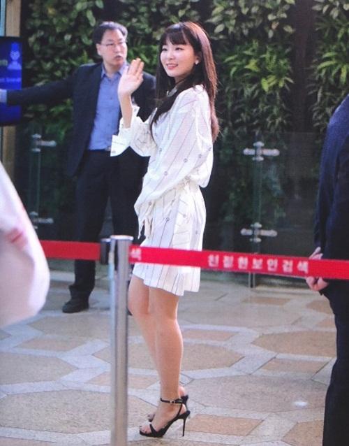 Twice lộ vẻ mệt mỏi, Red Velvet thanh lịch ra sân bay - 2