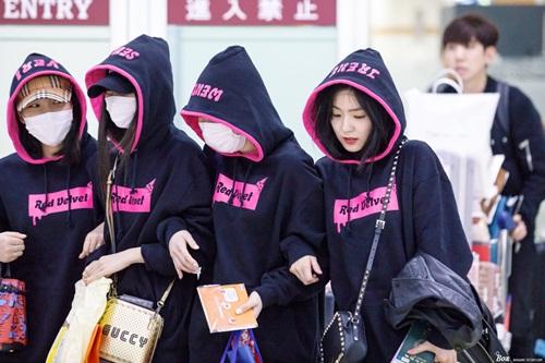 Twice lộ vẻ mệt mỏi, Red Velvet thanh lịch ra sân bay - 3