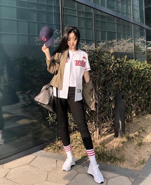 Na Eun diện cây đồ thể thao khoe cá tính, không ngại phá cách bằng việc kéo tất cao cổ ra ngoài quần.