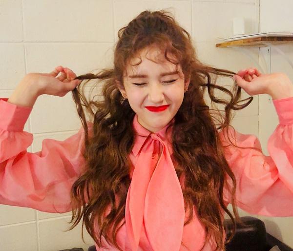 Jeon Somi có mái tóc xoăn xù dễ thương, khoe nét đẹp rạng ngời đúng tuổi 17.