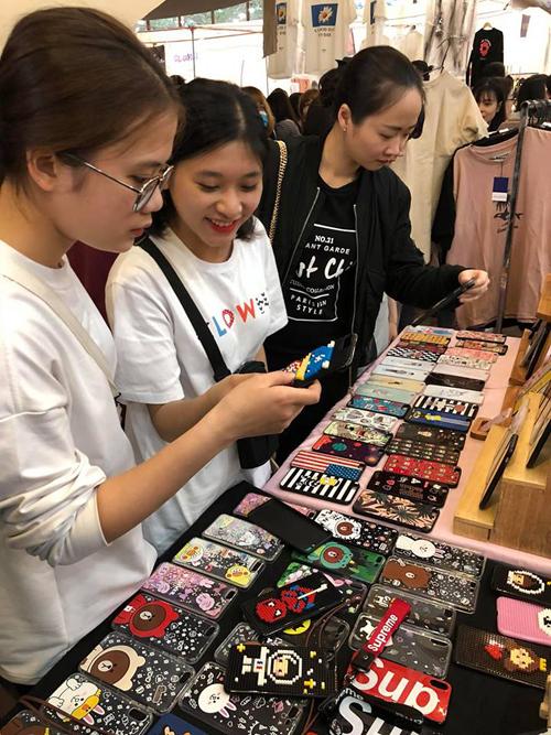 Tắc kín mọi lối đi, nhích từng bước trong hội chợ thời trang đình đám ở Hà Nội - 6