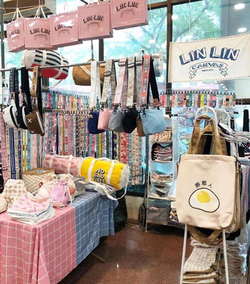 Tắc kín mọi lối đi, nhích từng bước trong hội chợ thời trang đình đám ở Hà Nội - 4
