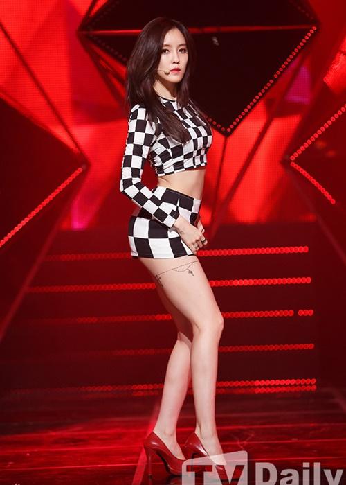 Những bộ váy ngắn cũn khiến khán giả đỏ mặt của idol nữ Kpop - 11