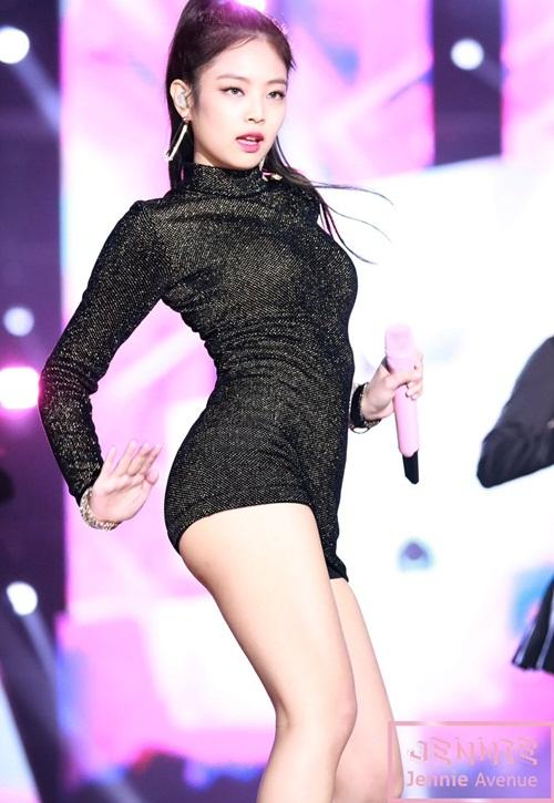 Những bộ váy ngắn cũn khiến khán giả đỏ mặt của idol nữ Kpop - 3