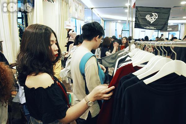 Tắc kín mọi lối đi, nhích từng bước trong hội chợ thời trang đình đám ở Hà Nội - 2