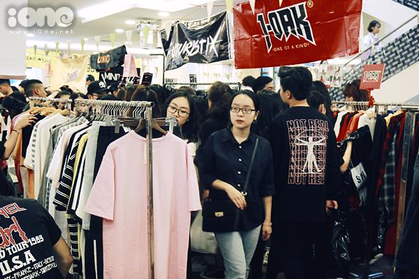 Tắc kín mọi lối đi, nhích từng bước trong hội chợ thời trang đình đám ở Hà Nội - 3