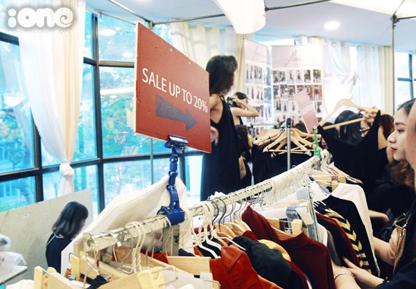 Tắc kín mọi lối đi, nhích từng bước trong hội chợ thời trang đình đám ở Hà Nội - 5